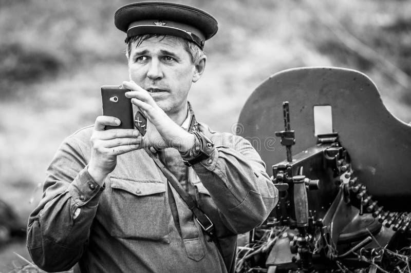 O reenactment da batalha da guerra mundial 2 entre tropas soviéticas e alemãs perto de Moscou fotos de stock royalty free