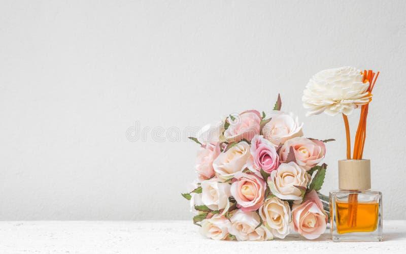 O refrogerador de lingüeta aromático, grupo do difusor da fragrância da garrafa com aroma cola difusores de lingüeta com a flor c fotografia de stock