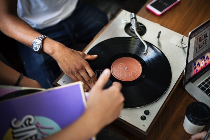 O registro de vinil DJ da plataforma giratória risca o conceito do entretenimento da música imagem de stock royalty free