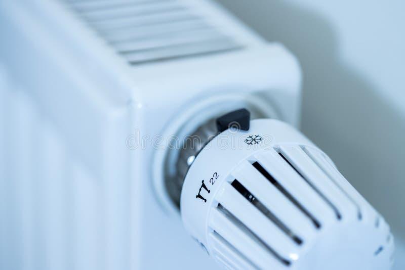 O regulador de calor em um calefator, fecha-se acima da imagem Custos de aquecimento imagem de stock