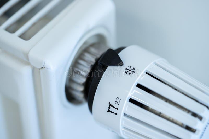 O regulador de calor em um calefator, fecha-se acima da imagem Custos de aquecimento imagens de stock royalty free