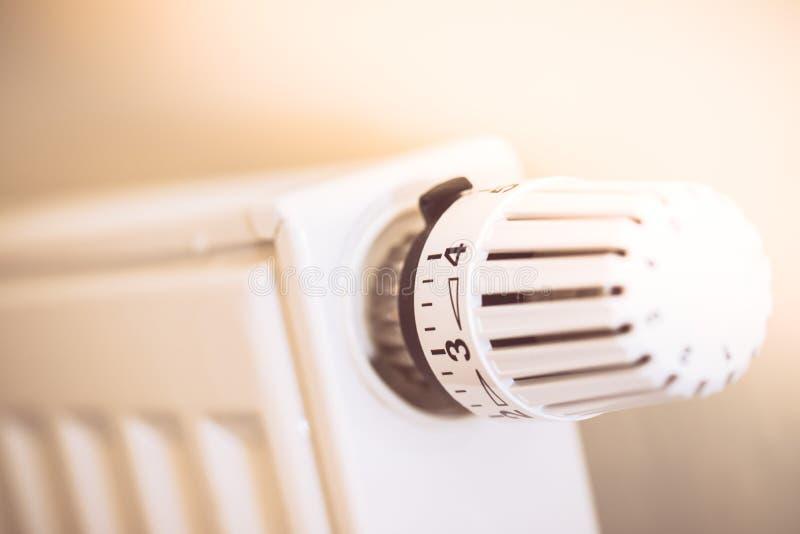 O regulador de calor em um calefator, fecha-se acima da imagem Custos de aquecimento foto de stock royalty free