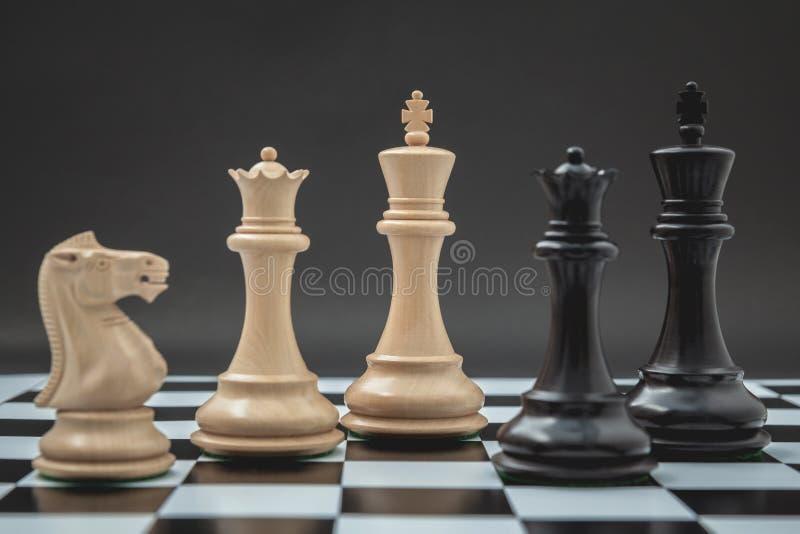 O rei e o cavaleiro preto e branco da xadrez setup no tabuleiro de xadrez e imagens de stock