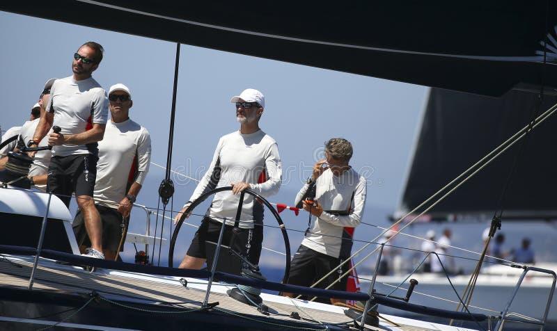 O rei Felipe da Espanha dirige aifos yacht durante a regata largamente imagens de stock