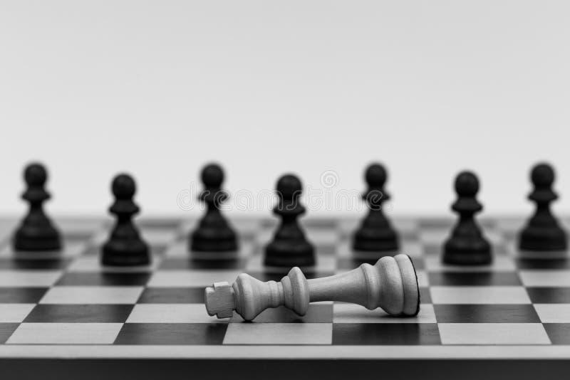 O rei na xadrez caiu a diversos penhores fotos de stock