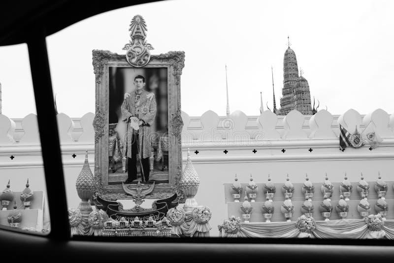 O rei Rama 10o da imagem do suporte de Tailândia fora do palácio foto de stock