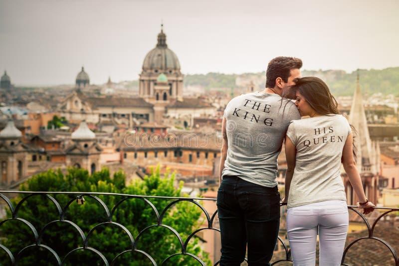 O rei, sua rainha Pares românticos em Roma, Itália fotografia de stock
