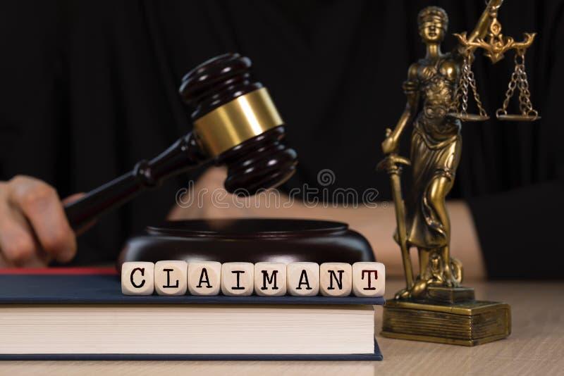 O REIVINDICADOR da palavra composto de madeira corta Martelo e estátua de madeira de Themis no fundo imagens de stock
