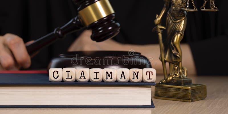 O REIVINDICADOR da palavra composto de madeira corta Martelo e estátua de madeira de Themis no fundo foto de stock royalty free