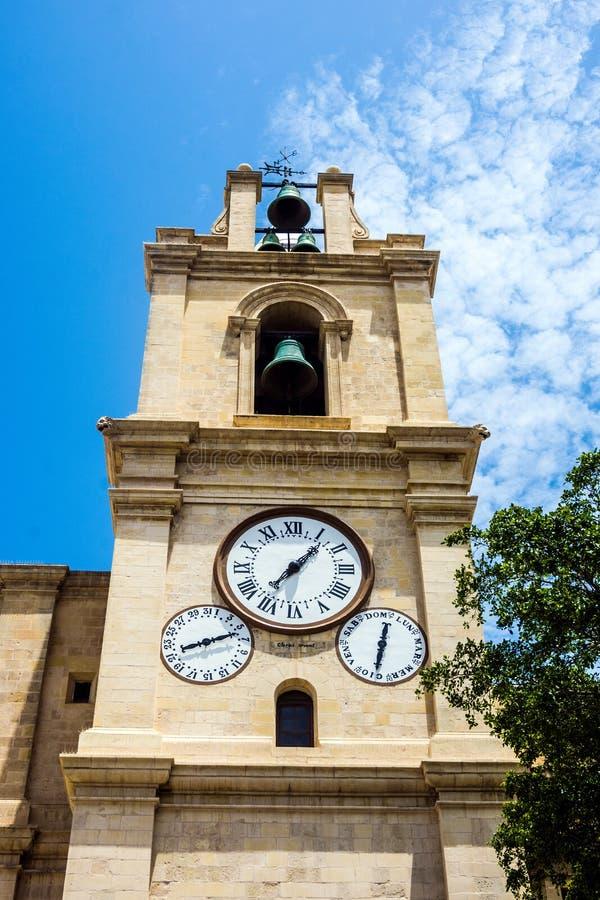 O relógio na catedral de St Johns Co em La Valetta, Malta foto de stock
