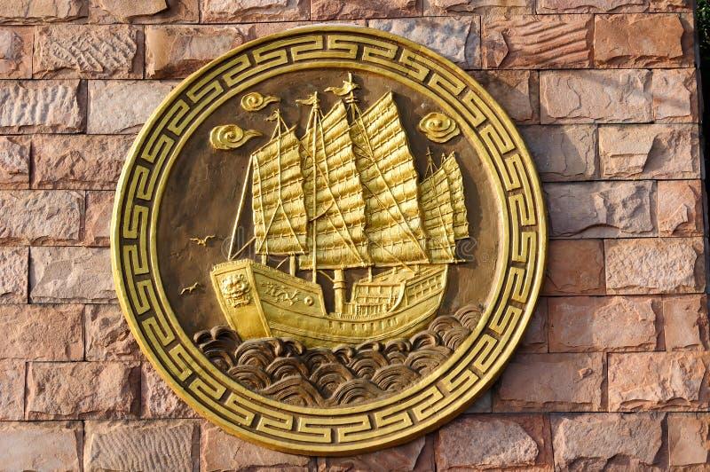 O relevo do navio de tesouro imagens de stock