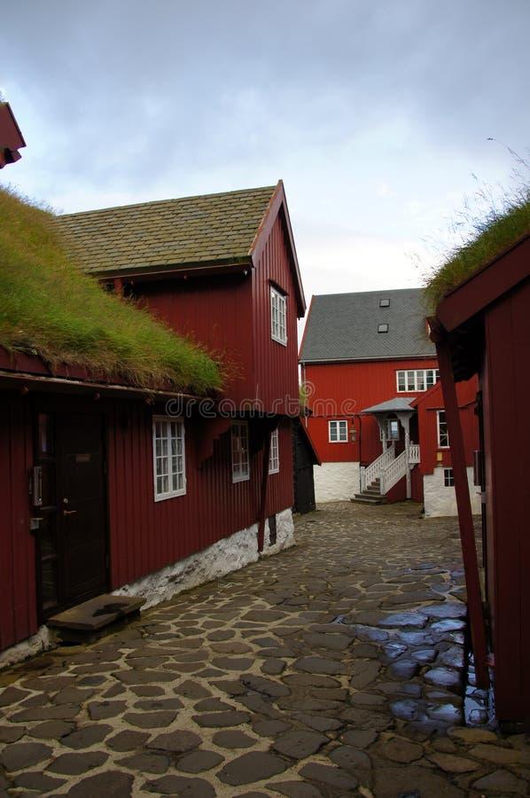 O relvado vermelho de Torshavn telhou casas, Ilhas Faroé imagem de stock