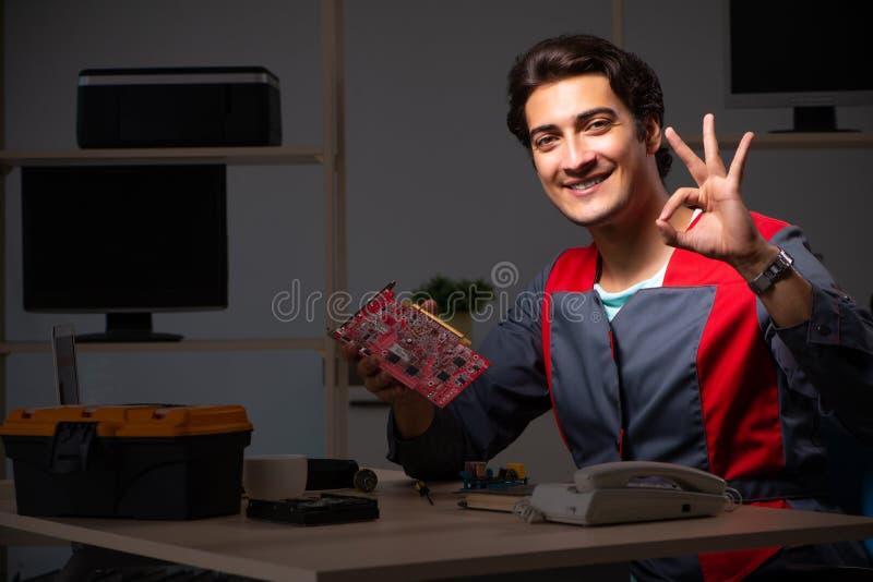 O reparador considerável novo que repara o computador fotos de stock