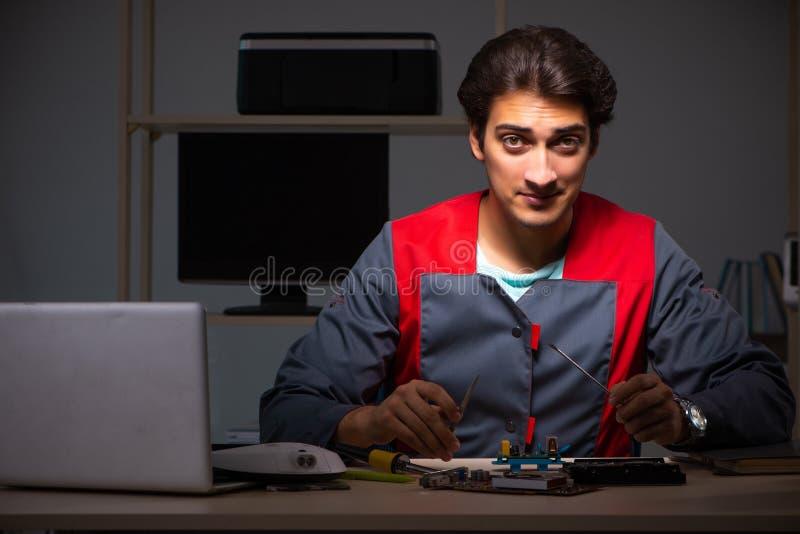 O reparador considerável novo que repara o computador fotos de stock royalty free