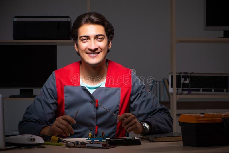O reparador considerável novo que repara o computador fotografia de stock