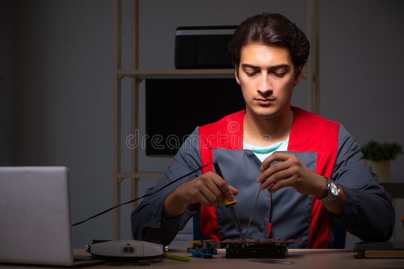 O reparador considerável novo que repara o computador foto de stock