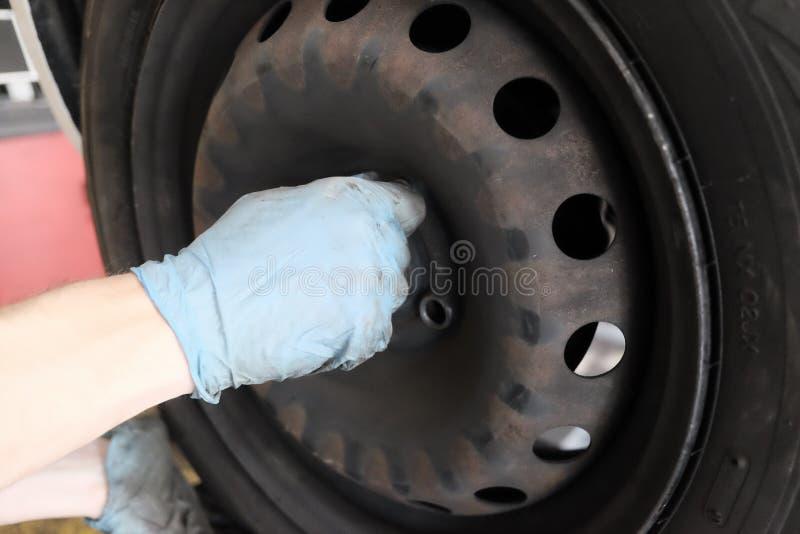 O reparador do pneu substitui o pneu fotografia de stock