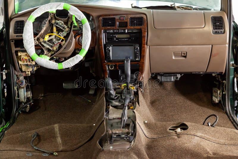 O reparo da direção do carro, caixa de engrenagens desmontada, alavanca velha do câmbio de marchas, volante coberto com a películ imagens de stock