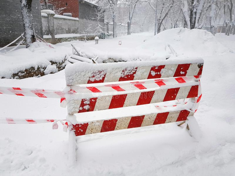 O reparo e o cuidado da estrada cercados na neve fotos de stock