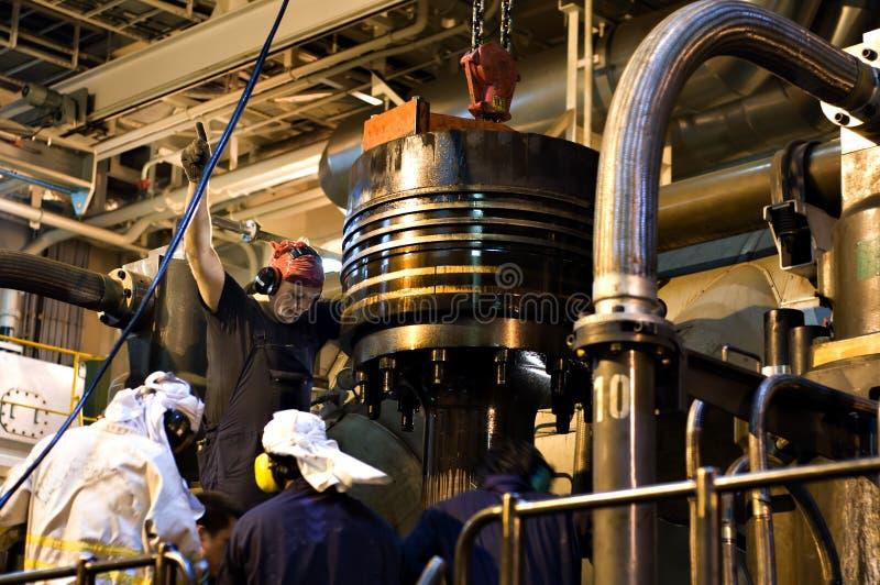 O reparo trabalha no motor do motor de um grande navio fotografia de stock