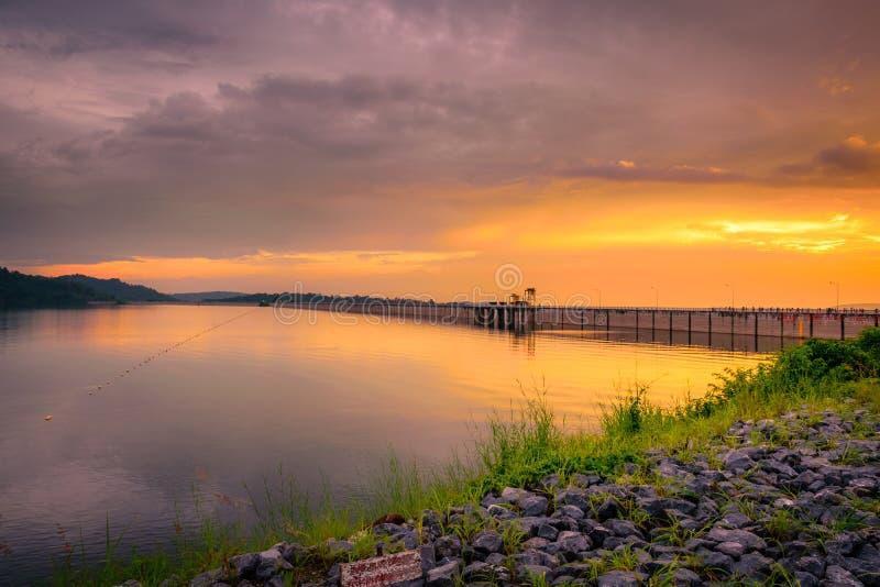 O reservatório com o céu dourado da hora em Nakhon Nayok, Tailândia foto de stock royalty free
