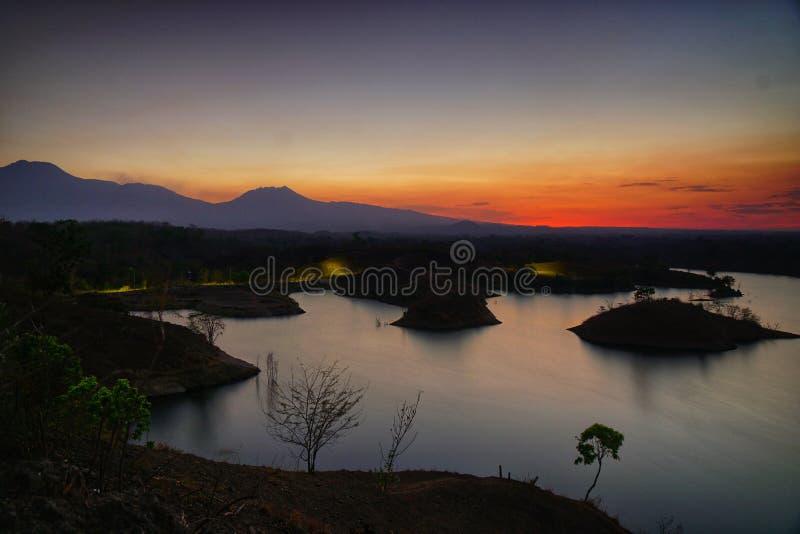 O reservor da água em umas montanhas em Banyuwangi imagens de stock royalty free