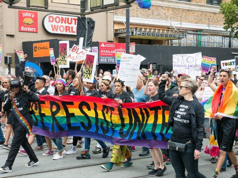 O ` resiste protestadores do ` marcha abaixo de San 2017 Francisco Pride Parade que guarda sinais do anti-ódio imagens de stock royalty free