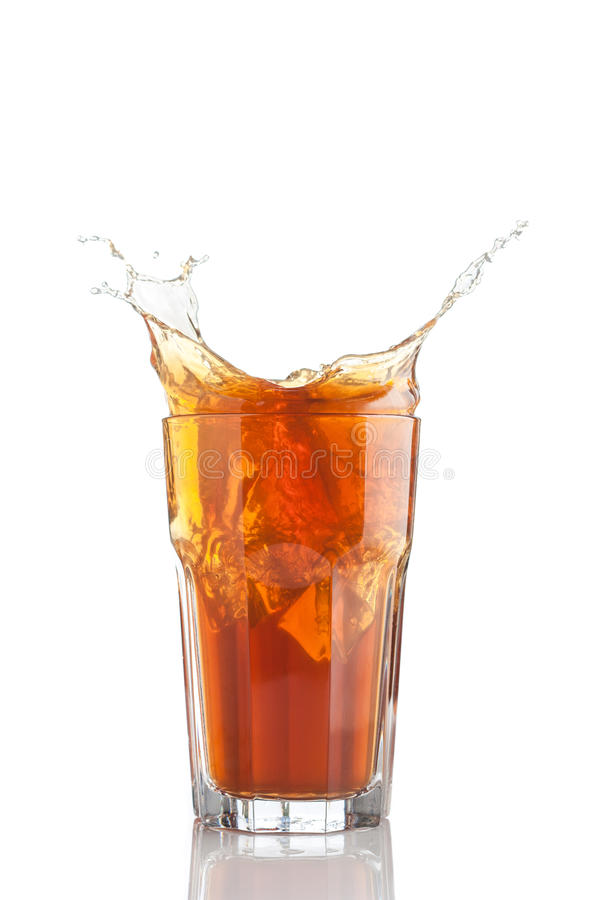 O respingo do chá congelado isolou-se fotos de stock