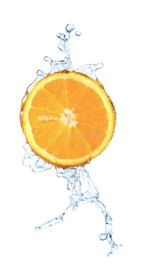 O respingo obscuro da água em uma fatia de laranja isolou-se foto de stock royalty free