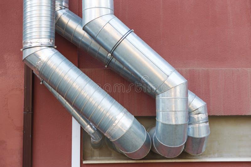 O respiradouro de ar canaliza do condicionamento de ar e do sistema de ventilação na parede fotos de stock royalty free