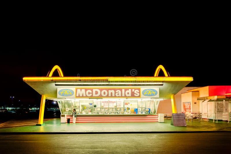 O restaurante de funcionamento o mais velho do ` s de McDonald no mundo em Downey, Los Angeles, Califórnia, EUA imagens de stock