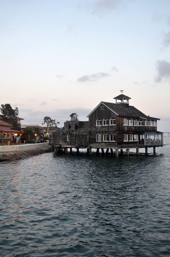 O restaurante de Pier Cafe na vila do porto em San Diego, Califórnia fotografia de stock royalty free