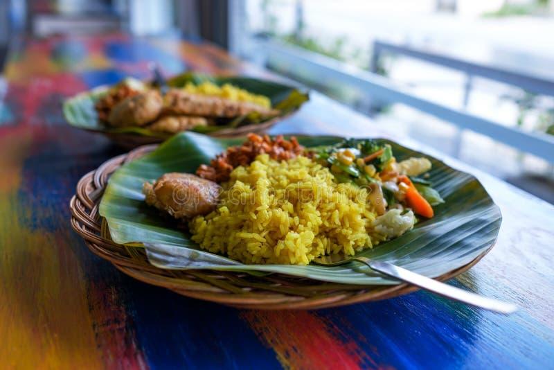 O restaurante do vegetariano ou do vegetariano torna côncava a vista lateral, arroz indiano picante quente na bacia Alimento loca imagem de stock royalty free