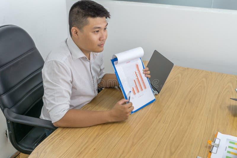 O resultado da mostra do homem de negócios em vendas relata ao empregado fotos de stock royalty free