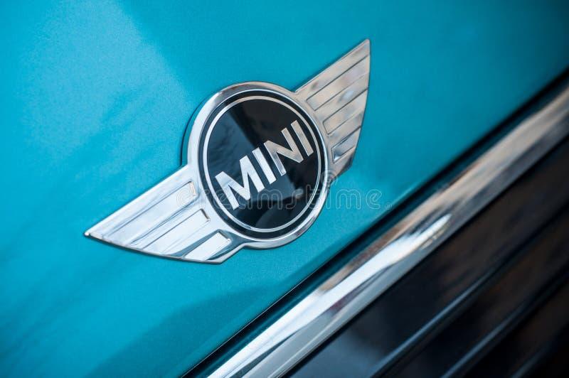 O retalho logotipo do tanoeiro de Austin do mini no carro azul estacionou na rua imagem de stock