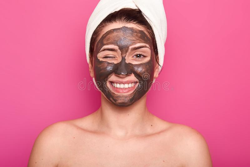 O retrato ascendente próximo da mulher caucasiano nova bonita que descansa com máscara do acnee do chocholate anti no salão de be imagem de stock