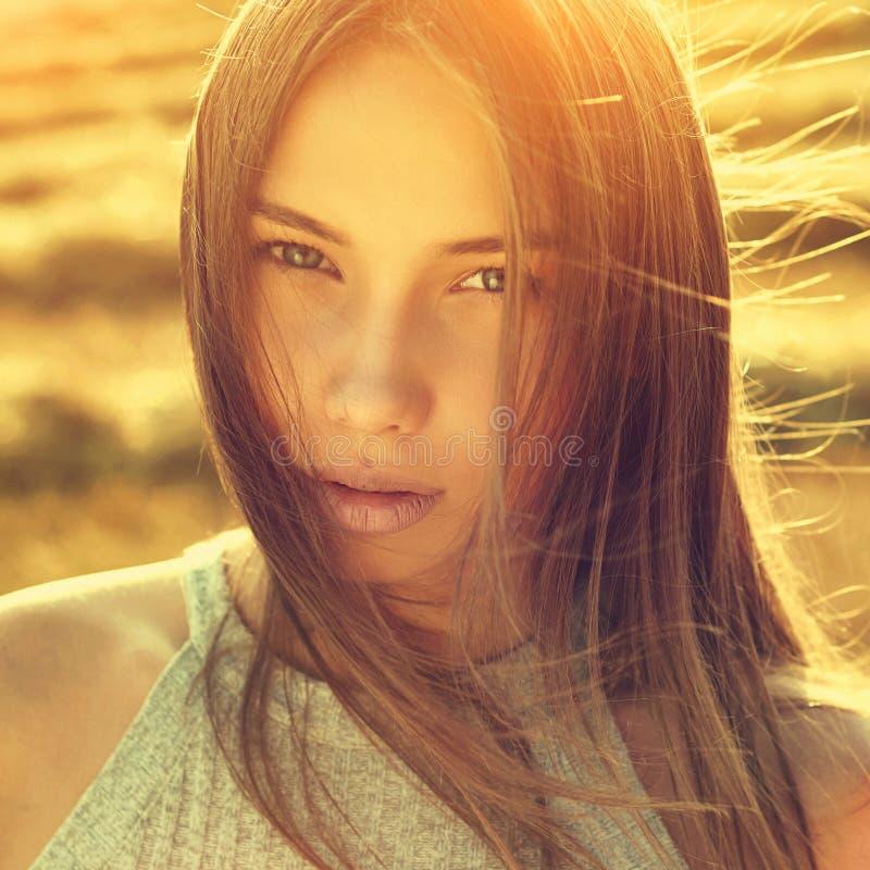 O retrato bonito da menina tonificou em cores mornas do verão foto de stock