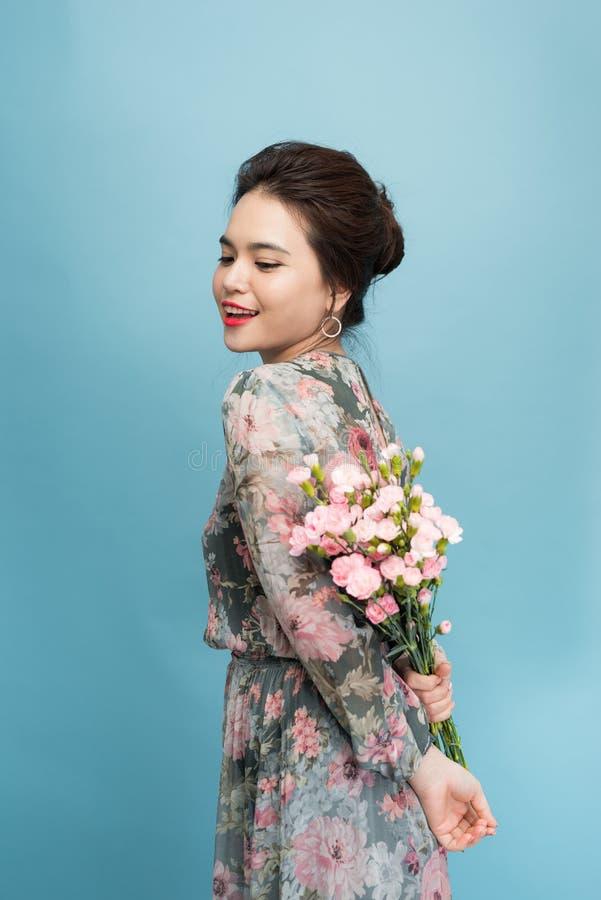 O retrato bonito da mulher bonita com ramalhete da flor, forma comp?e, vestido elegante imagens de stock royalty free