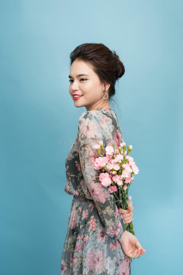 O retrato bonito da mulher bonita com ramalhete da flor, forma comp?e, vestido elegante fotografia de stock royalty free