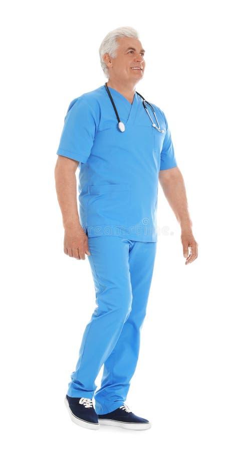 O retrato completo do comprimento do doutor masculino esfrega dentro com estetoscópio isolado Equipe de funcion?rios m?dica fotos de stock