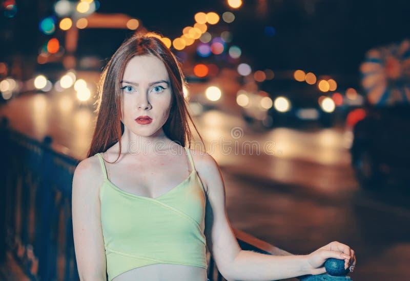 O retrato da arte de um retrato bonito da menina do cabelo do gengibre na cidade da noite ilumina-se Retrato do estilo da forma d fotos de stock royalty free