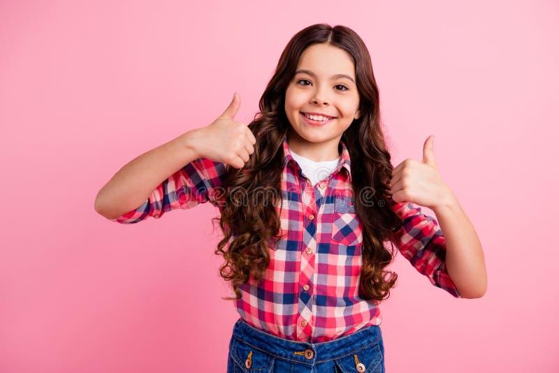 O retrato da criança amigável bonita encantador sente que o grande acordo do índice alegre positivo anuncia para escolher decidir fotografia de stock royalty free