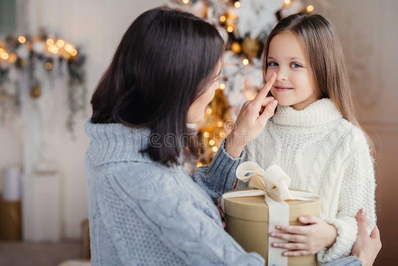 O retrato da criança e da mãe adoráveis, toca em seu pouco n foto de stock royalty free