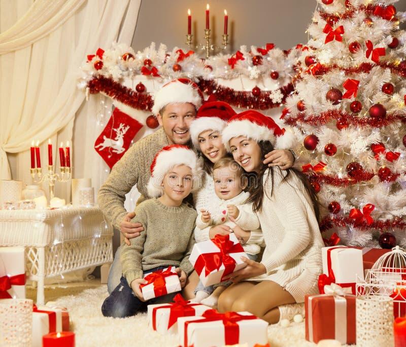 O retrato da família do Natal, árvore do Xmas apresenta presentes, celebração do feriado fotografia de stock royalty free