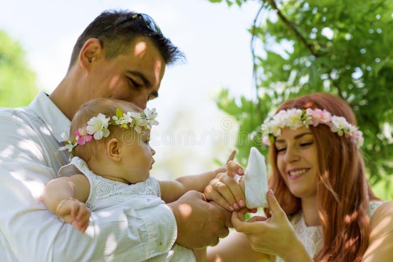 O retrato da família fora toma parte num piquenique imagens de stock royalty free