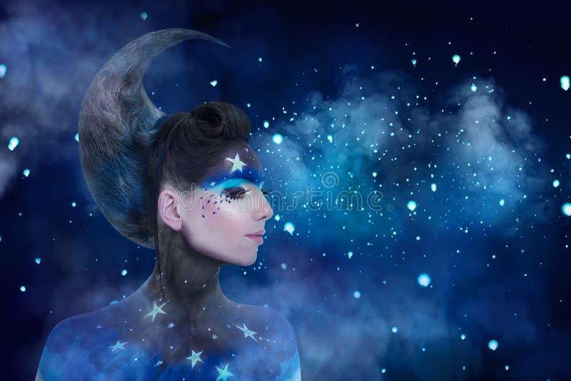 O retrato da fantasia da mulher da lua com estrelas prepara e moon o penteado do estilo foto de stock