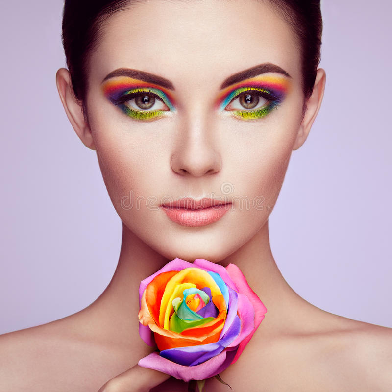 O retrato da jovem mulher bonita com arco-íris aumentou foto de stock