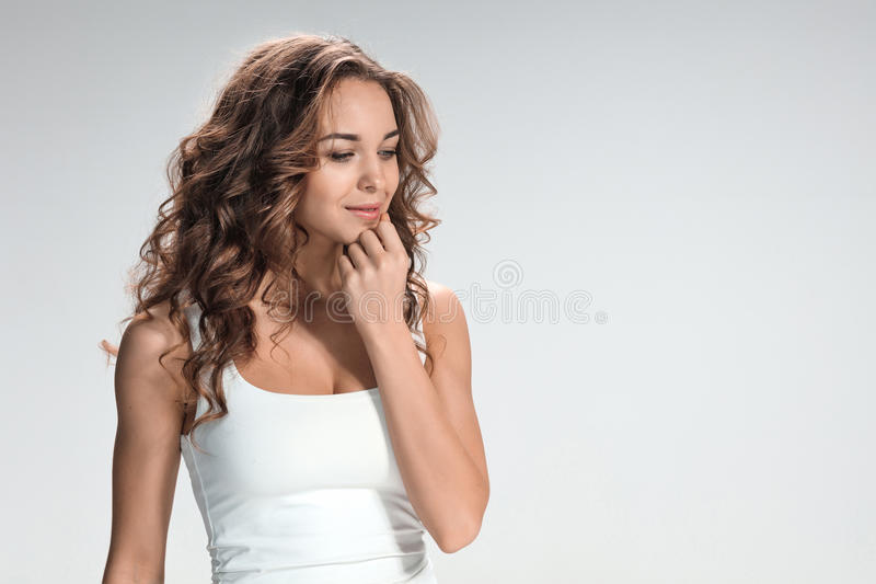 O retrato da jovem mulher com emoções felizes foto de stock royalty free