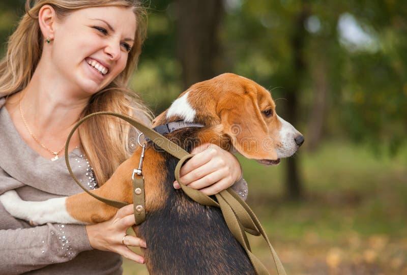 O retrato da jovem mulher com seu animal de estimação fotos de stock royalty free