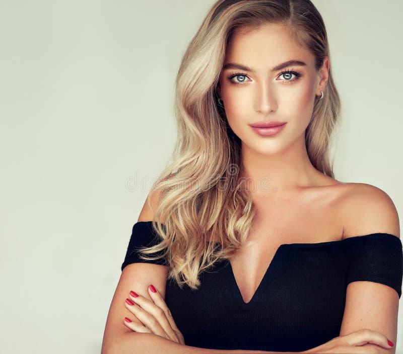 O retrato da jovem mulher lindo com elegante compõe e penteado dourado perfeito imagens de stock